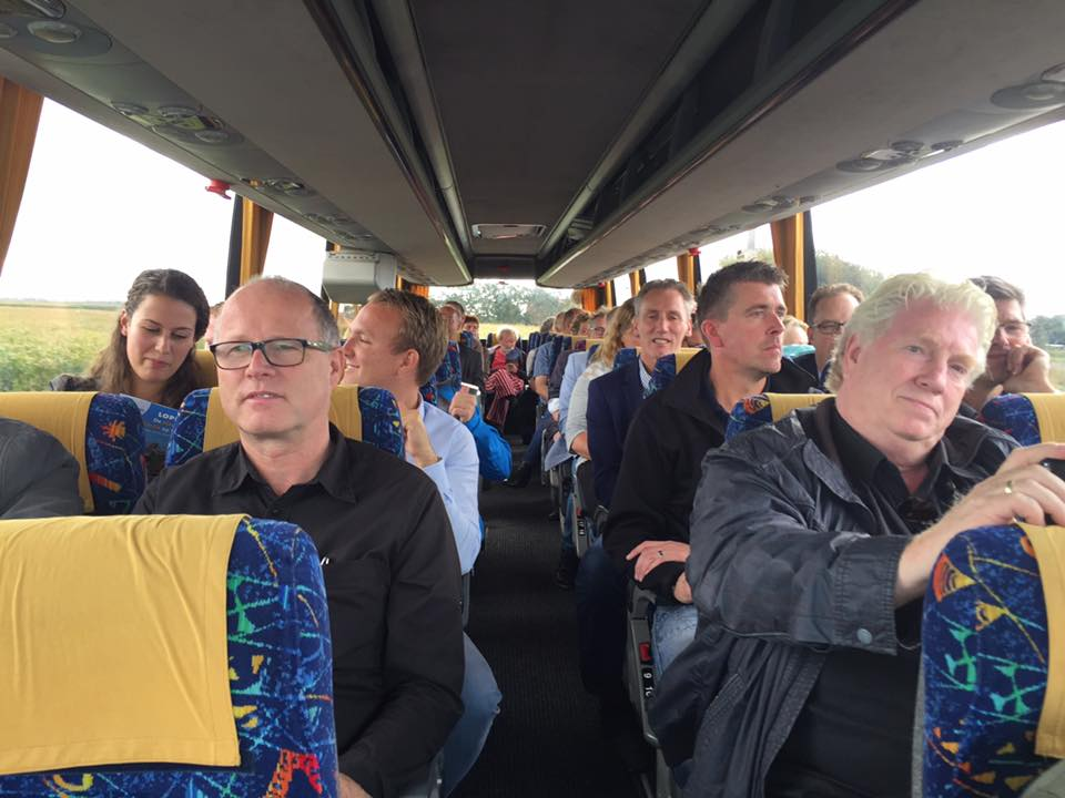 iedereen in de bus Dennis